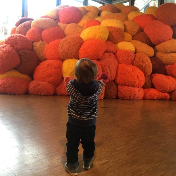 Exposition Sheila Hicks «lignes de vie» avec un petit de 18 mois