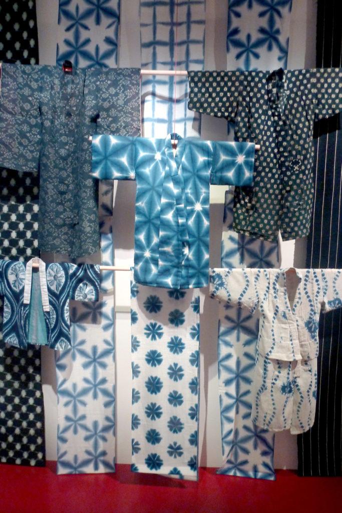 Kimonos teints à l'indigo au Japon